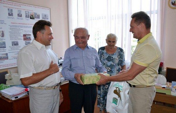 Виктор Кувайцев поздравил с днем рождения Председателя городского совета ветеранов Владимира Керханаджева