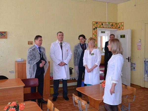 Виктор Кувайцев во время инспекции детского санатория